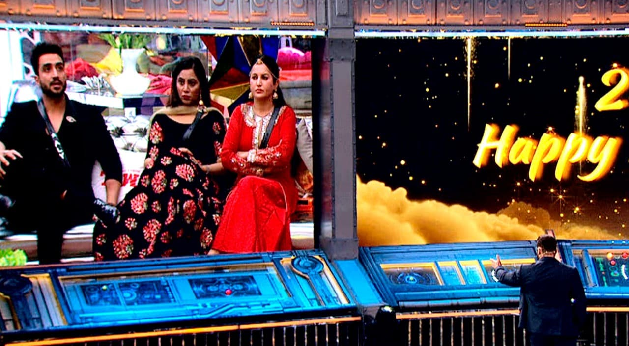 নাগিন ফাইভ থেকে আসেন সুরভি চন্দনা ও শরদ মালহোত্রা। তাঁরা প্রথমে একটি মিউজিক ট্র্যাকে পা মেলান। তারপর ঘোষণা করেন বিশেষ এক অ্যাওয়ার্ড এর, শরমনাক অ্যাওয়ার্ড।