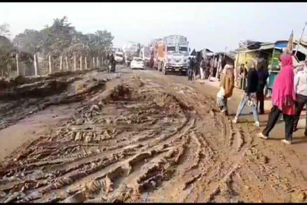 দীর্ঘদিন বেহাল তিন জেলার সংযোগকারী রাস্তা, প্রতিবাদে পথ অবরোধ বাসিন্দাদের