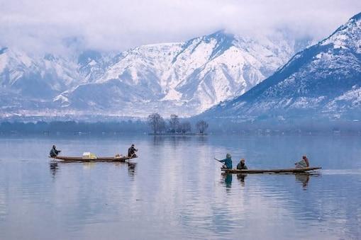 কাশ্মীরে ৩০ বছরের শীতলতম রাত, বরফে পরিণত হল ডাল লেক