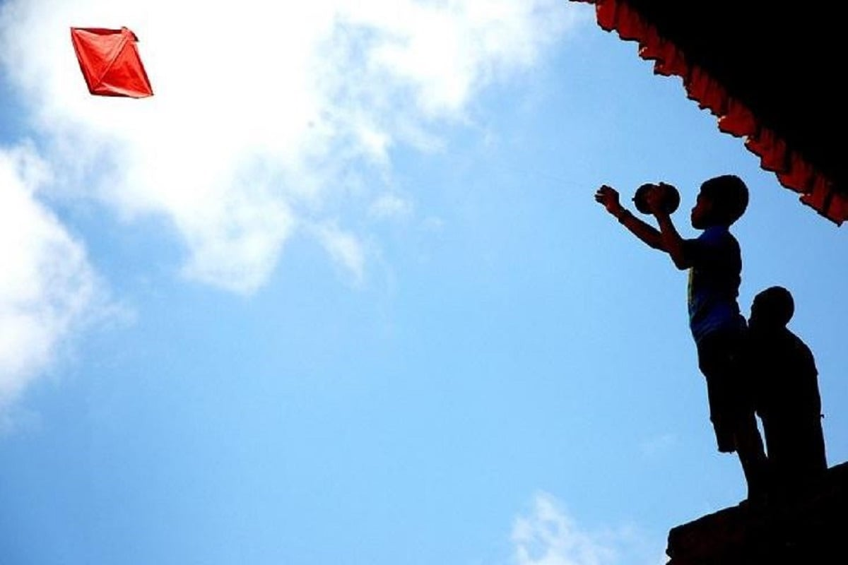 •ধারাতে উল্লেখ করা হয়েছে যে, হাওয়ায় উড়তে পারে এমন যা কিছু ( বিমান, ঘুড়ি, বেলুন, ফ্লাইং মেশিন) এর আওতায় পড়বে। দেশের বিভিন্ন জায়গায় এই আইন লঙ্ঘন করলেই হবে সমস্যা। তার ফলে লাইসেন্স ছাড়া ঘুড়ি ওড়ালে ১০ লক্ষ টাকা জরিমানা এবং ২ বছর পর্যন্ত জেলও হতে পারে।