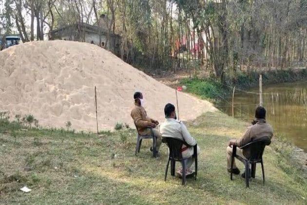 আউশগ্রামে বালির গাদায় তাজা বোমা উদ্ধার, বিজেপি-তৃণমূল চাপানউতোর