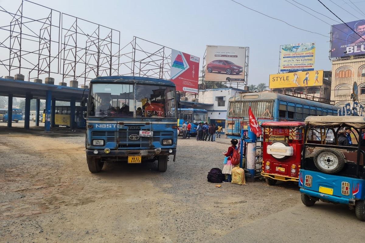 উত্তর দিনাজপুরের রায়গঞ্জেও সকাল থেকেই সরকারি বাস পরিষেবা ছিল স্বাভাবিক৷ রাস্তায় দেখা গিয়েছে অন্যান্য যানবাহনও৷Photo-Somraj Bandopadhyay