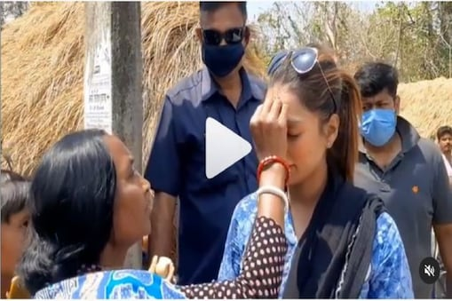 Sayantika Banerjee: 'হরে কৃষ্ণ', সায়ন্তিকার কপালে রসকলি আঁকলেন মহিলা ! ভাইরাল ভিডিও