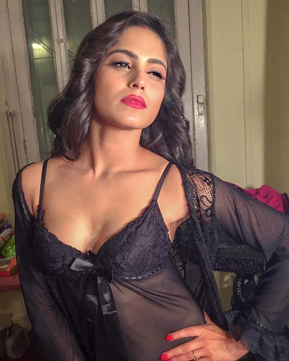 রাত পোশাকে বোল্ড Naina Ganguly। (Photo: Instagram)