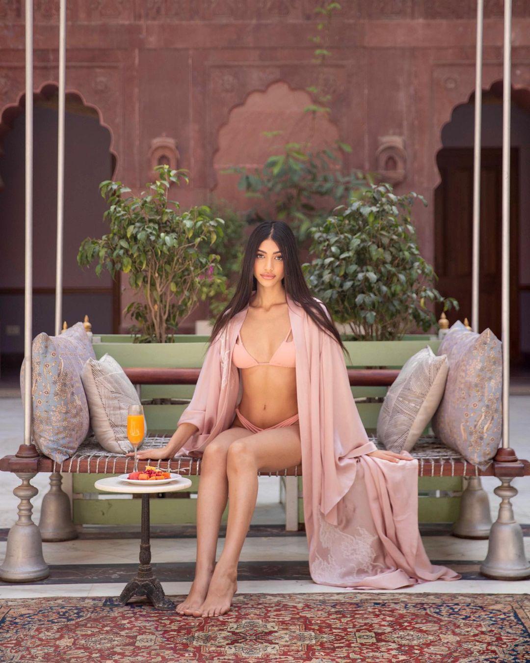 Alanna Panday বিকিনিতে সব সময় নজর কাড়া। (Image: Instagram)