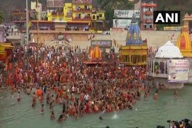সাধু-সন্ত-ভক্তরা কোনও রমক করোনাবিধি না মেনে নেমে পড়েছেন গঙ্গায় পুণ্যস্নান করতে। মহাকুম্ভের দ্বিতীয় 'শাহি স্নান'-এ অংশ নিয়েছেন তাঁরা।
