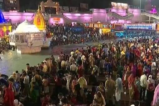 Kumbh Mela: গঙ্গার ঘাটে শাহী স্নানের রেকর্ড ভিড়, কোভিড নিয়মের দফারফা