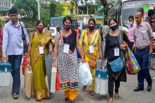 Bengal Election : কেউ আত্মবিশ্বাসী, কেউ নার্ভাস, ইলেকশন ডিউটিতে নজর কাড়লেন মহিলা ভোটকর্মীরা