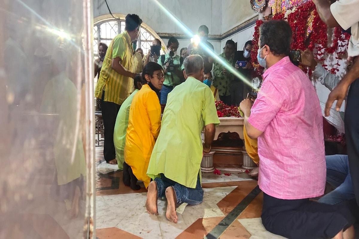 *ভোটের (West Bengal Assembly Election 2021 Phase 4) দিন সকাল সকাল স্নানসেরে ডেনিম রঙা জিনসের সঙ্গে পরে নেনহলুদ পাঞ্জাবি। তারপর বাড়ি থেকে বেরিয়ে মন্দিরে পুজো দিয়ে শুরু হয় উত্তরপাড়ার তৃণমূলপ্রার্থী (Uttarpara TMC Candidate)কাঞ্চন মল্লিকের (Kanchan Mallick) বুথ পরিদর্শন। তথ্য ও ছবিঃ আবীর ঘোষাল।