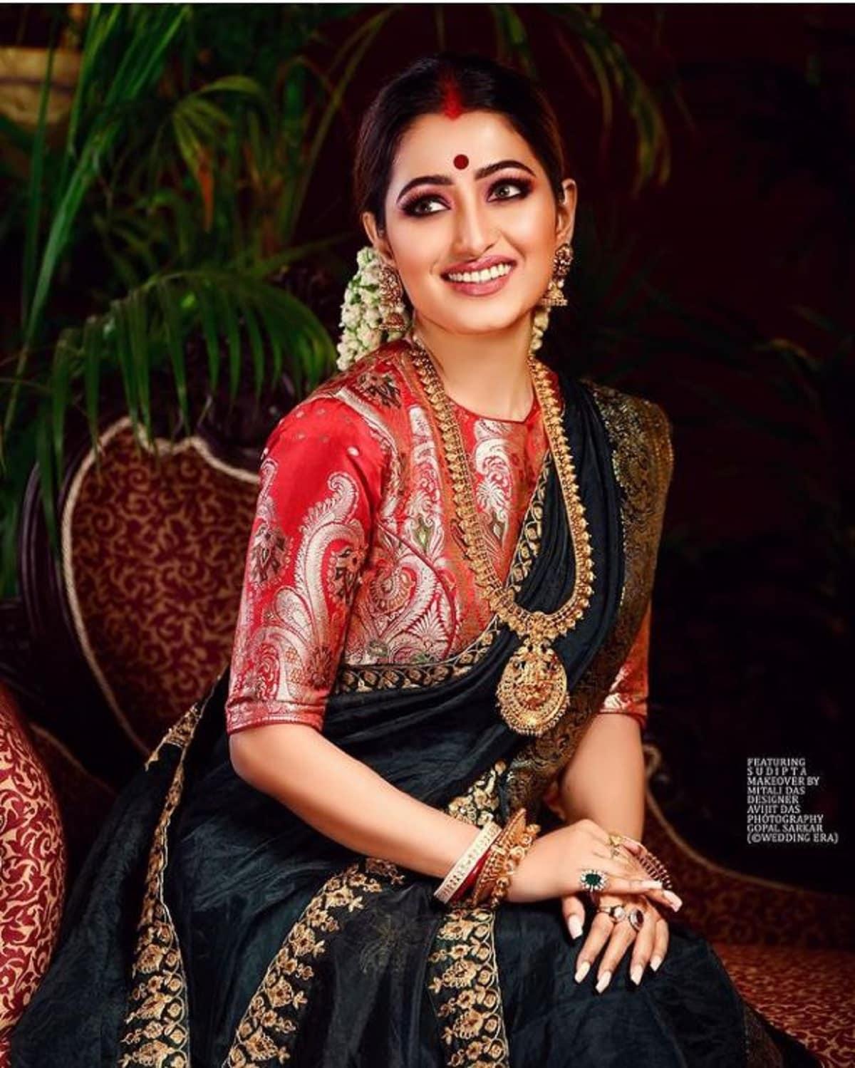 কালো শাড়ি ও লাল ব্লাউজে মোহময়ী টলি অভিনেত্রী সুদীপ্তা। ছবিটি ইনস্টাগ্রামে শেয়ার করেছেন তিনি।photo source Instagram
