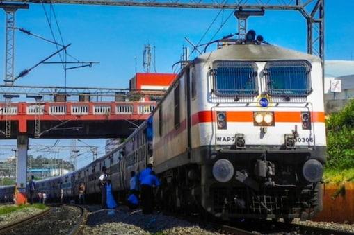 Indian Railways: বয়স্ক দম্পতিকে নাজেহাল করে তিন লাখ টাকা জরিমানা দিল রেল