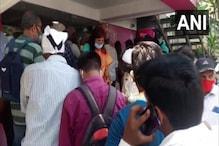 করোনার দাওয়াই কিনতে, সামাজিক দূরত্ববিধিকে বুড়ো আঙুল, আরও ভয় দেখাচ্ছে এই ছবি