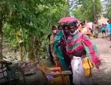 ইয়াস বিধ্বস্ত এলাকায় ত্রাণ সামগ্রী পৌঁছে দিল বামপন্থী ব্যাংক ইউনিয়ন