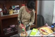 লকডাউনে ফুচকা বিক্রি করে সংসার চালাচ্ছে টিটাগড়ের ইঞ্জিনিয়ারিং ছাত্রী