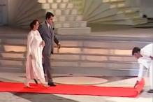 রেড কার্পেট খুলে দিচ্ছেন শাহরুখ খান, হেঁটে আসছেন দিলীপ কুমার-সায়রা বানু! দেখুন