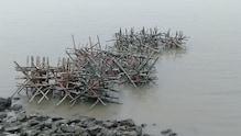 নদী পাড়ের ভাঙন রুখতে বাঁশের খাঁচা ফেলে চলছে পাড় বাঁধার কাজ