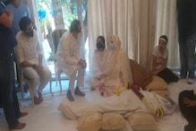 সাদা পোশাকে নিজেকে ঢেকে তাঁর 'কহিনূর'-এর পাশে ঠায় বসে সায়রা বানু