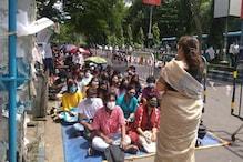 যাদবপুর বিশ্ববিদ্যালয়ের বাইরে বসল ক্লাস!অভিনব প্রতিবাদ
