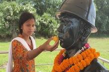 শহিদ দাদা রাজেশ ওরাং-এর মূর্তিতে রাখি পরিয়ে সমস্ত সেনাবাহিনীর মঙ্গল কামনা বোনের