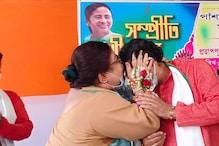 মঞ্চেই মন্ত্রী স্বামীর কপালে চুমু কাউন্সিলর স্ত্রীর, রাজনীতিতে আবেগের বিরল ছবি