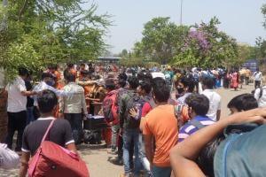 Migrant workers in lockdown: হাতে নেই টাকা, বাস-টিকিটের দাম আকাশছোঁয়া! লকডাউনের ভয়ে গ্রামে ফিরতে মরিয়া হাজার হাজার কর্মহীন পরিযায়ী শ্রমিক
