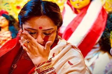 দশমীতে মা'কে বরণ করতে গিয়ে ঝরঝর করে কেঁদে ফেললেন সুদীপা, দেখুন ছবি