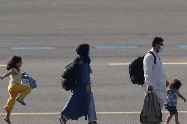 নতুন দেশে পা দিয়ে বিমানবন্দরেই নাচ আফগান বালিকার, গোটা বিশ্বের মন জিতেছে এই ছবি
