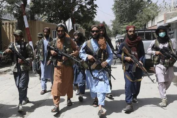 নির্দয় তালিবান! কাবুলের রাস্তায় নিরীহ আফগানদের বেধড়ক মার, দেখুন ভিডিও