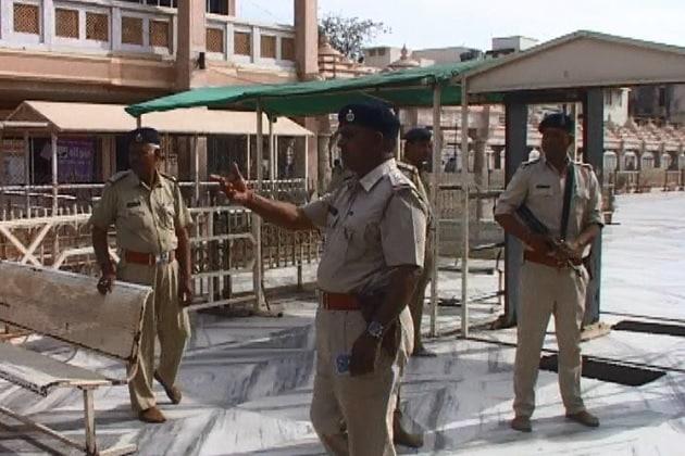 આતંકી હુમલાની દહેશત વચ્ચે મંદિરમાં પ્રવેશવાના તમામ પ્રવેશદ્વારો પર હથિયારબધ્ધ સુરક્ષા જવાનોનો ગોઠવી દેવાયા છે. તો અધિકારીઓ દ્વારા પણ રાઉન્ડ ધ ક્લોક નિરીક્ષણ કરવામાં આવી રહ્યું છે.