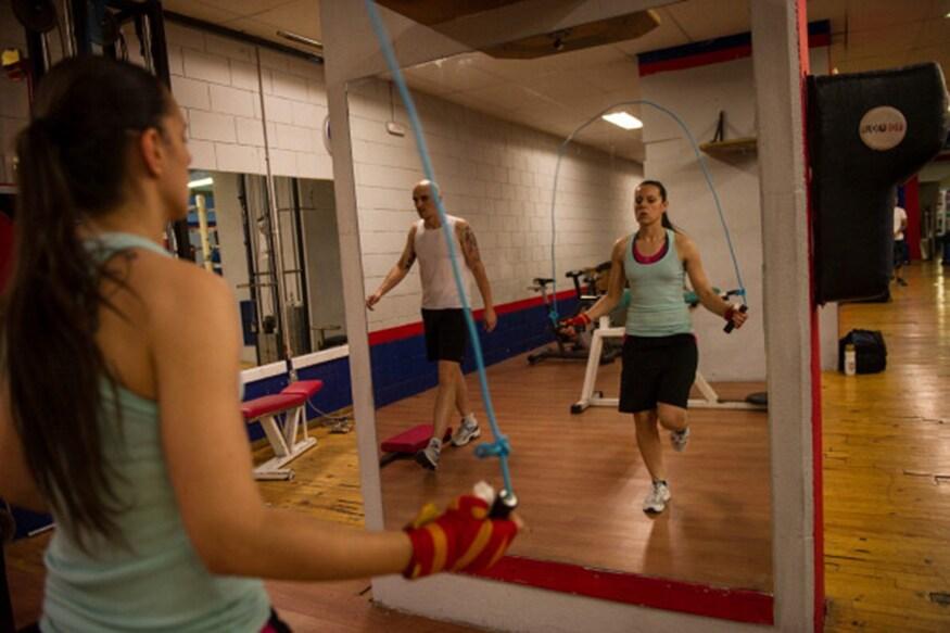 દોરડા કૂદવાએ (rope Jumping) વેટલોસ કરવાની બીજી સૌથી સરળ રીત છે. દરરોજ 5 મિનિટ સ્કિપિંગ એક્સરસાઇઝ તમારા હાર્ટ અને બ્લડ સર્ક્યુલેશનને સારૂ બનાવશે. સ્કિપિંગથી (Skipping) પરેસેવો વધારે થાય છે. જેનાથી બોડીના ટોક્સિન્સ બહાર આવી જાય છે.