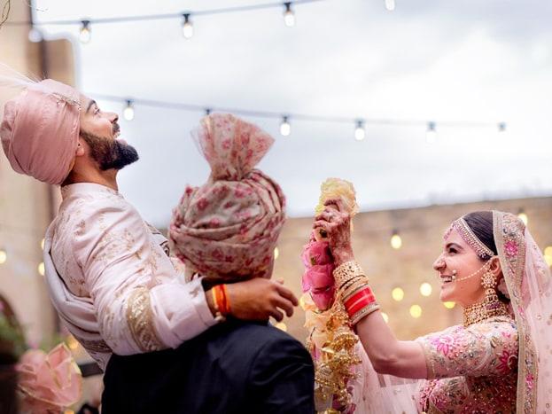ભારતીય ક્રિકેટ ટીમના કેપ્ટન વિરાટ કોહલી અને બોલિવૂડની ખૂબસૂરત અભિનેત્રી અનુષ્કા શર્મા લગ્નના બંધનમાં બંધાઈ ગયા છે. બંન્નેએ ટ્વિટ દ્વારા પોતાના લગ્નની માહિતી આપી છે.