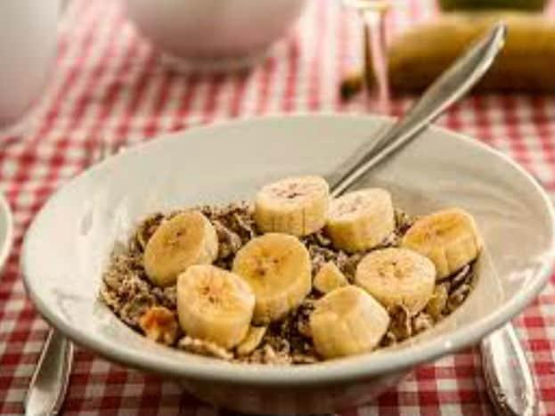વજન ઘટાડવા માટે વ્યાયામની સાથે તમારે જમવાના સમયમાં (Meal times) પણ બદલાવ લાવવો પડશે. ખોટા સમયે જમવાથી તમારો વજન વધી શકે છે. ત્યારે નાસ્તો, લંચ અને ડિનર સમયસર લેવામાં આવે તો વજન ઘટી શકે છે. ત્યારે આવો જોઈએ ક્યા- ક્યા સમયે ખોરાક લેવો જોઈએ. સવારે જાગો તે પછીના 2 કલાકની અંદર નાસ્તો કરી લેવો.