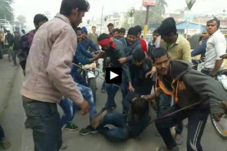 VIDEO: ગાય ચોરી કરતા પકડાયો, જુઓ ટોળાએ યુવકનો કેવી કરી ધોલાઈ