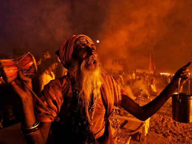 માઘ મેળામાં નાગા સાધુઓની આખી ટોળી આવે છે. (image credit: Firstpost.hindi)