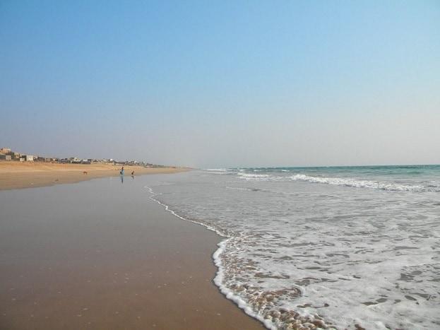 માધવપુર બીચ<br />માધવપુર સમુદ્ર કિનારાની રેતી સુંદર છે. દરિયાનું પાણી શાંત અને ભૂરાશ પડતા રંગનું છે. તેમજ તેનું પાણી છીછરું છે. હોટલ, રેસ્ટોરેન્ટ અને ઇન્ફ્રાસ્ટ્રક્ચરની સારી સુવિધાના કારણે આ બીચ રાષ્ટ્રીય અને આંતરરાષ્ટ્રીય પ્રવાસીઓને આકર્ષવામાં સફળ રહ્યું છે. તેમજ<br />આ બીચને એક પ્રવાસન સ્થળ તરીકે વિકસાવવા માટે રાજ્ય સરકાર દ્વારા સુવિધા અને ઇન્ફ્રાસ્ટ્રક્ચરને લઇને કેટલીક યોજનાઓ પર કામગીરી હાથ ધરી છે.