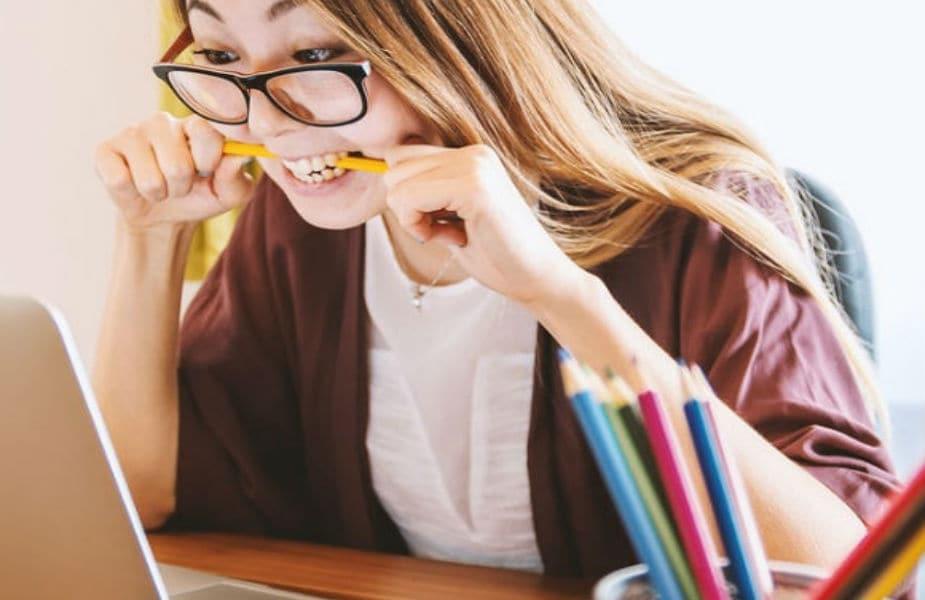 એવા ઘણા કારણો હોઇ શકે છે, જેના કારણે ઊંઘ પૂરી ન થઈ શકે. શરીરમાં થાક, તાણ વગેરે. જ્યારે કામ કરતી વખતે બગાસા આવે છે, ત્યારે સમગ્ર કામ વિખેરાઈ જાય છે. પરંતુ ચોક્કસ ફળો અને ખાદ્ય પદાર્થો ખાવાથી તમે ભયભીત થશો નહીં. તે તમારી આળસ અને બગાસા પણ દૂર થશે.