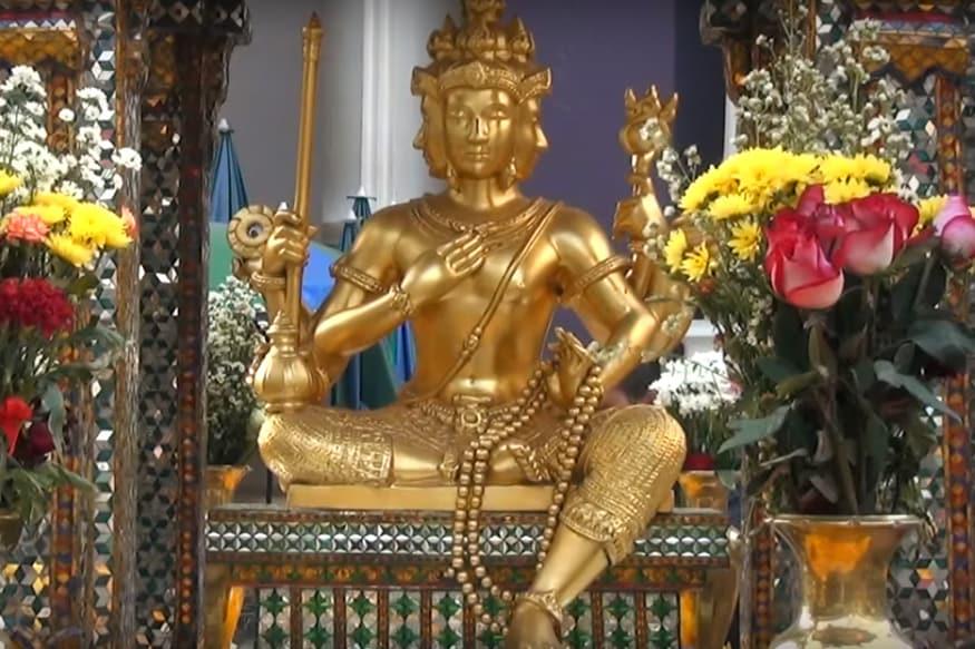 આપણાં દેશમાં તમામ દેવી-દેવતાઓનાં ખુબ બધા મંદિર મળશે પણ બ્રહ્માજીનું માત્ર એક જ મંદિર છે. જે રાજસ્થાનનાં પુષ્કરમાં આવેલું છે. પણ આજે અમે આપને એક એવાં બ્રહ્માજીનાં મંદિર વિશે જણાવીશું જેમાં બ્રહ્માજીની સોનાની મૂર્તિ છે એટલું જ નહીં આ મંદિર બેંકોકમાં આવેલું છે જેની ગણતરી દુનિયાનાં મુખ્ય ધાર્મિક સ્થાનમાં થાય છે. (image credit: Youtube)