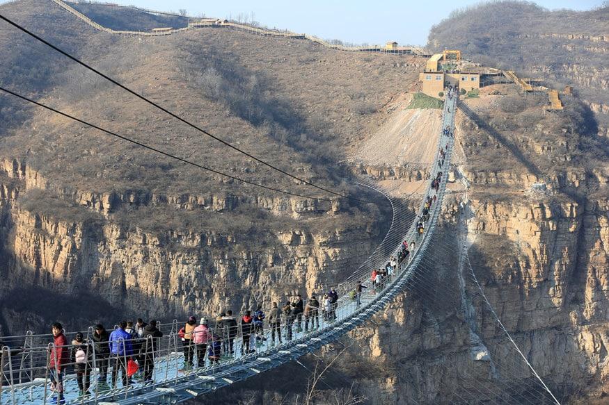 ચીનના હુનાન પ્રાંતમાં જમીનથી 600 ફૂટ ઉપર શિનિયુઝઇ નેશનલ જીયો પાર્કમાં બનેલો છે ગ્લાસનો લટકેલો બ્રિજ.