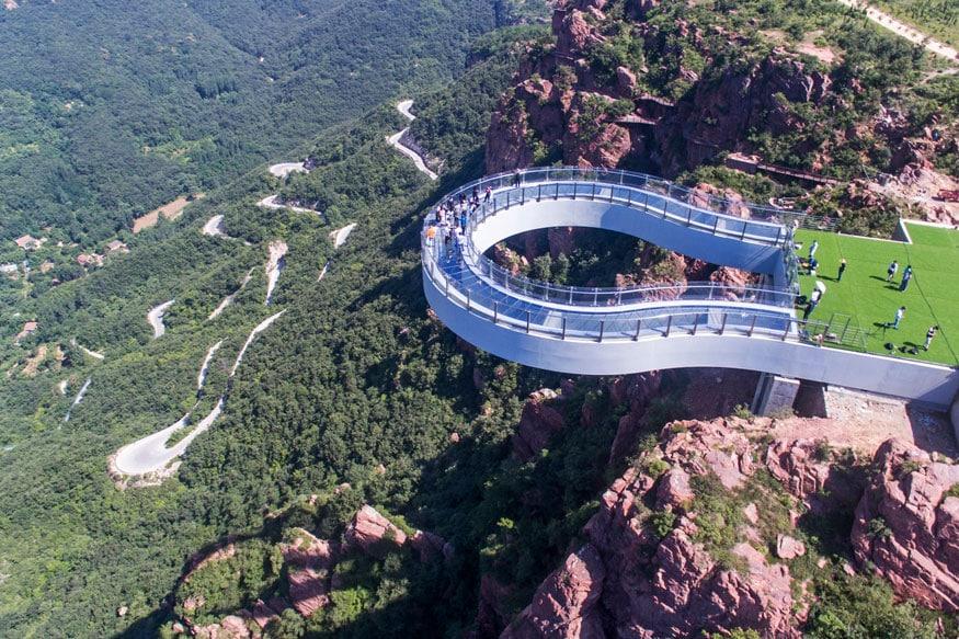 આ છે ચીનના હુનાનમાં વિશ્વનો સૌથી લાંબો અને સોથી ઉંચો ગ્લાસ બ્રિજ. પુલ 488 મીટર લાંબો છે અને જમીનથી 218 મીટર ઉપર લટકેલો છે. (image credit: Getty)