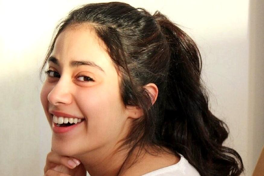 જ્હાનવીનો જન્મ 7 માર્ચ 1997નાં રોજ થયો હતો અને તે 21 વર્ષની ઉંમરમાં તેનું પહેલું બોલિવૂડ ડેબ્યુ કરી રહી છે. લૂકનાં મામલે જ્હાનવી શ્રીદેવીની કાર્બન કોપી લાગે છે. શ્રીદેવીની હાઇટ 5ફિટ 6 ઇંચ હતી તો જ્હાનવીની હાઇટ 5 ફિટ 4 ઇન્ચ છે.