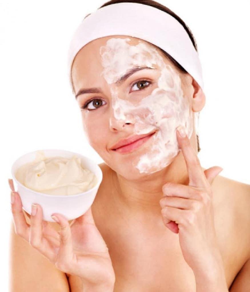દહીં- સનટેનને દૂર કરવા માટે ચણાનો લોટમાં દહીં અને લીંબુના રસ થોડોક રસ મિક્સ કરીને ચહેરા પર લગાવી શકો છો. ત્યાર પછી તે સૂકાઇ જાય એટલે તેને સાદા પાણીથી ધોઇ લો. તે સિવાય તમે દહીમાં ચપટી હળદર મિક્સ કરીને હાથ, ગરદન અને ચહેરા પર 20 મિનિટ સુધી સતત લગાવી રાખો. આ ઉપાય કરવાથી સનટેનની સમસ્યા દૂર કરી શકાય છે.