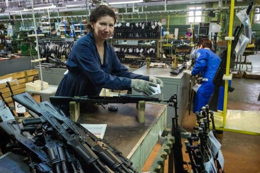 હાલમાં જ AK 47 રાયફલ બનાવતી કંપનીએ સુપર કાર લોન્ચ કરી છે. અસોલ્ટ રાઈફલ એકે-47 દુનિયાભરમાં જાણીતી છે. AK-47 રશિયા (વિઘટન પહેલા સોવિયત યુનિયન)માં રશિયન લેફ્ટિનેટંટ જનરલ મિખેલ કલાશ્નિકોવે ડેવલપ કરી હતી.