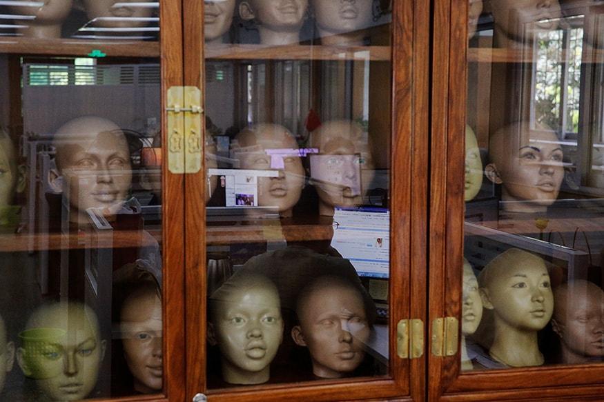 ફેક્ટરીમાં ડઝનથી વધુ અલગ અલગ બોડી શેપની હોય છે જ્યારે 260 જેટલાં અલગ અલગ ચહેરાની હોય છે. (Image: Reuters)