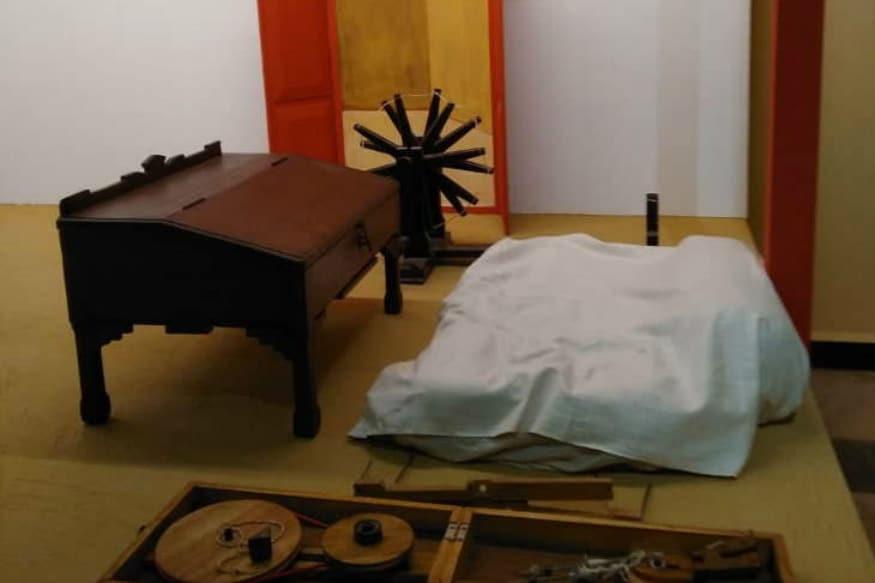 રાજકોટમાં મહાત્મા ગાંધી જે શાળામાં ભણ્યા હતા તે આલ્ફ્રેડ હાઈસ્કૂલને ગાંધી અનુભૂતિ કેન્દ્રમાં ફેરવવામાં આવી છે. રવિવારે વડાપ્રધાન નરેન્દ્ર મોદી આ મ્યુઝિયમનું ઉદઘાટન કરવાના છે. ગાંધી અનુભૂતિ કેન્દ્રમાં ગાંધીજીના જીવનના પ્રસંગો મુકવામાં આવ્યા છે. આ આંતરરાષ્ટ્રીય કક્ષાનું ગાંધી મ્યુઝિયમ 26 કરોડના ખર્ચે તૈયાર કરવામાં આવ્યું છે.