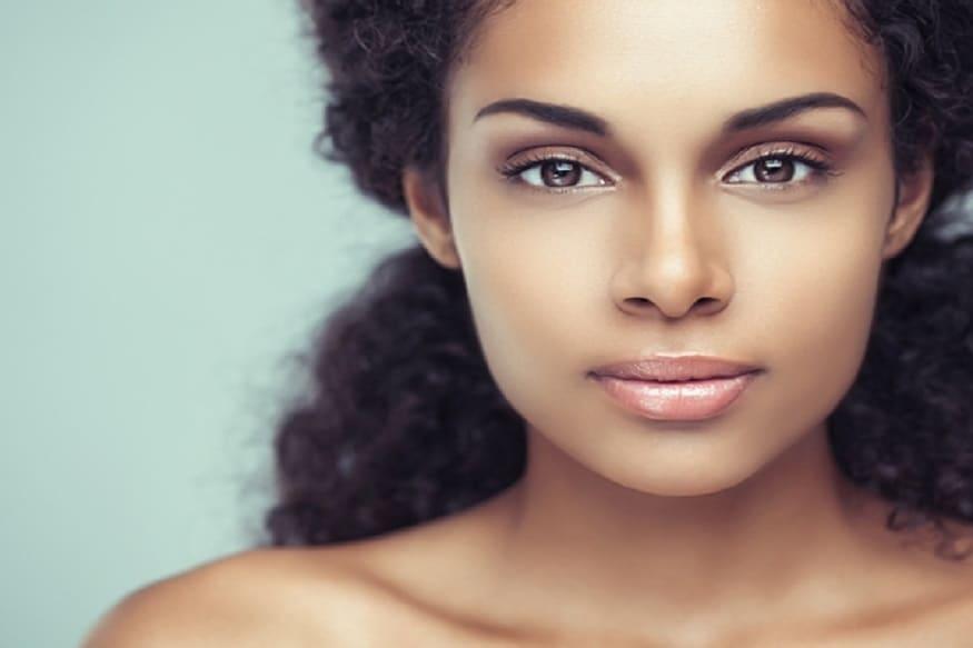 આપણી આ ફાસ્ટ લાઇફમાં ઘણી વખત એવું બને છે કે ચહેરાની ચમક ગૂમ થઇ જાય છે. અને આપણે હજારો રૂપિયાનો ખર્ચો કરીએ તો પણ ચહેરાની ચમક પાછી મળતી નથી. ઉલટા કેમિકલ યુક્ત પદાર્થ વાપરવાને કારણે ત્વચાને વધુ નુક્શાન પણ થઇ શકે છે.