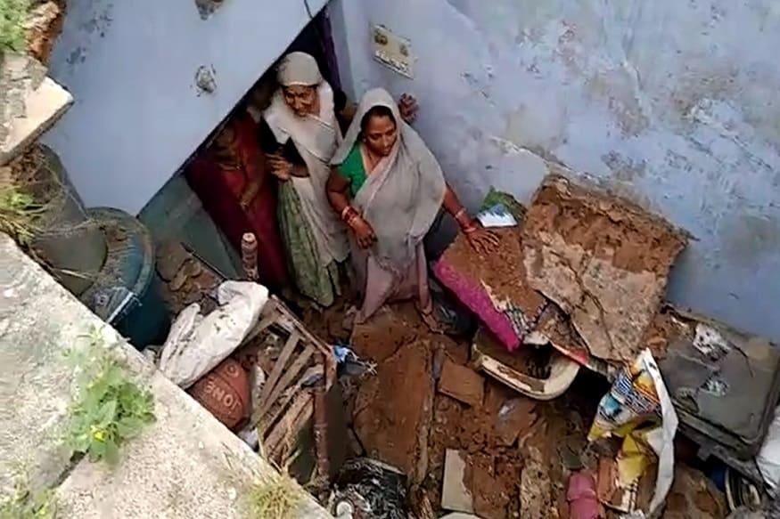 મળતી માહિતી મુજબ, અમદાવાદના બાપુનગર વિસ્તારમાં આવેલી સોનરીયા વસાહતમાં 18 નંબરના બ્લોકની છત તૂટી હતી. આ ઘટના આજે વહેલી સવારે બની છે. અચાનક છત તૂટતા ઘરમાં બે લોકો ફસાયા હતા. જોકે, સદનસીબે જાનહાની પહોંચી ન હતી, પરંતુ બે વ્યક્તિ ઘાયલ થયા છે. જેમને હાલમાં સારવાર માટે નજીકની હોસ્પિટલમાં ખસેડવામાં આવ્યા છે. તમને જણાવી દઈએ કે, આ વસાહત 75 વર્ષ જુની છે. જેમાં 5000થી વધારે લોકો રહે છે.