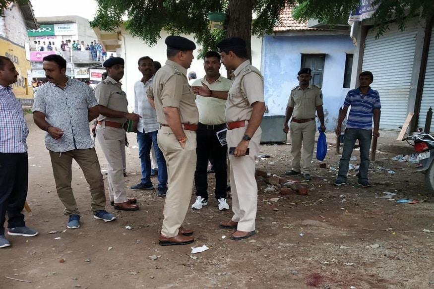 ગુજરાતમાં છાસવારે ફાયરિંગની ઘટનાઓ બનતી રહે છે. હવામાં ગોળીબા કરવાની તો માણસો ઉપર પણ જીવલેણ ફાયરિંગની ઘટનાઓ બનતી રહે છે. આવી જ એક ઘટના સુરેનદ્રનગરના થાનગઢમાં બની છે. ફાયરિંગની આ ઘટનામાં એક પુરુષનું મોત થયું છે. ઘટનાની જાણ થતાં જ ઉચ્ચ પોલીસ અધિકારી સહિતનો કાફલો ઘટના સ્થળ પહોંચ્યો હતો. અને આગળની કામગીરી હાથધરી હતી. (રાજુદાન ગઢવી, સુરેન્દ્રનગર)