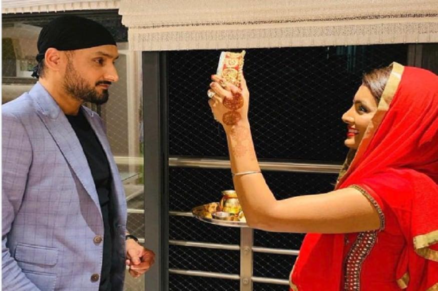 શનિવારે દેશભરમાં કરવા ચોથની ઉજવણી કરવામાં આવી હતી. ભારતીય ક્રિકેટરોએ પણ પોતાની પત્ની સાથે ઉજવણી કરી હતી. હરભજન સિંહે પત્ની ગીતા બસરા સાથે જોવા મળે છે. ભજ્જીએ આ ફોટો સોશિયલ મીડિયામાં શેર કર્યો છે.