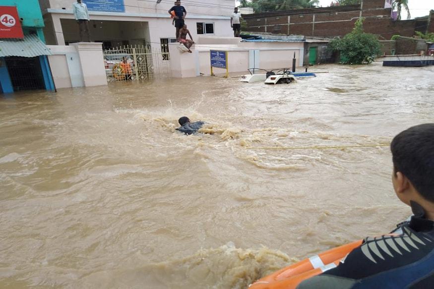 ઓરિસ્સામાં તિતલી વાવાઝોડા પછી ભારે વરસાદ અને ભૂસ્ખલનના કારણે ઓછામાં ઓછા 12 લોકોના મોત થયાની આશંકા છે. જ્યારે ચાર લોકો ગૂમ છે.