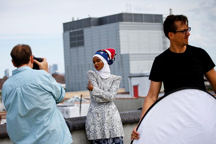 ન્યૂયોર્ક સિટીમાં ફેશન શો પહેલા એક ફોટોશૂટ કરાવી રહેલી હલીમા એડન. તેની વિશેષ ફેશન પસંદગીએ સમગ્ર વિશ્વનું ધ્યાન ખેંચ્યુ છે.